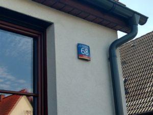 tabliczka na dom na elewacji ze styropianu